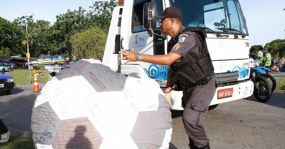 Policial retira bola com protestos dos manifestantes no Rio