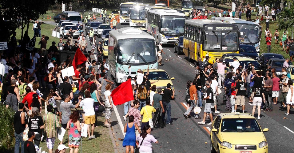 Protesto contra Ricardo Teixeira dividiu espaço com manifestação de professores no Rio de Janeiro (30/07/2011)