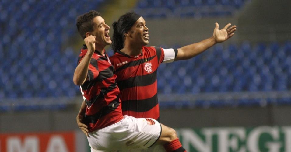 Ronaldinho Gaúcho e Thiago Neves comemoram vitória do Flamengo sobre o Grêmio por 2 a 0