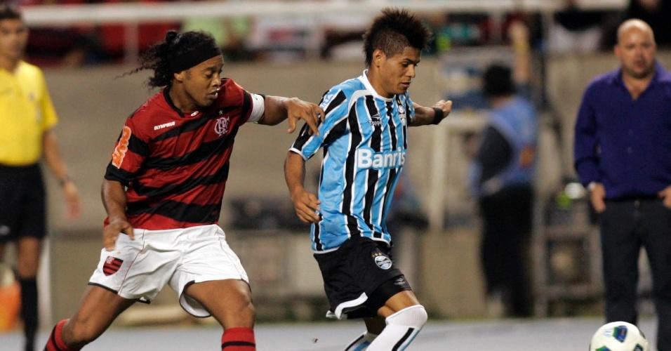 Ronaldinho Gaúcho em ação pelo Flamengo; astro marcou contra o ex-clube e brilhou na vitória do time rubro-negro