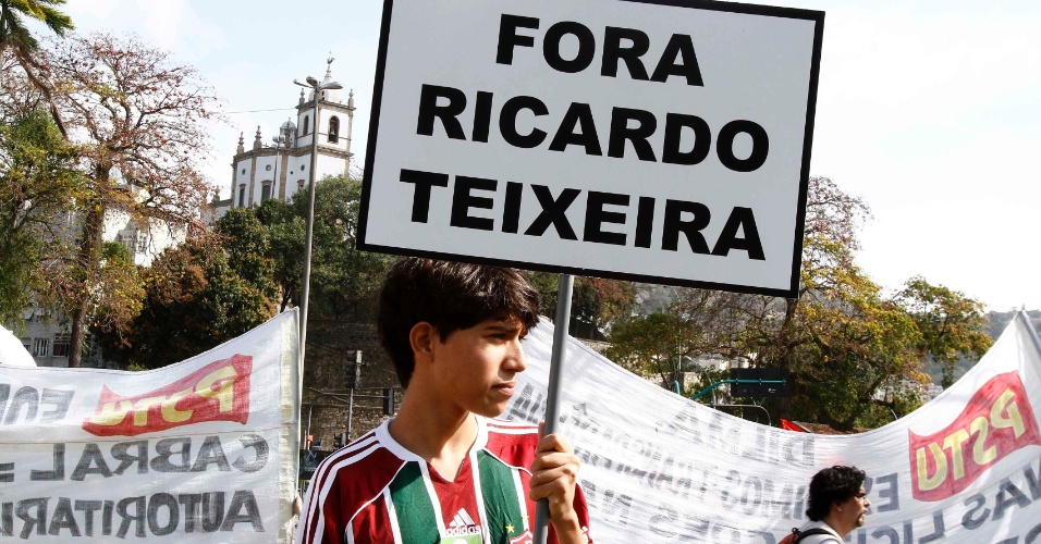 Torcedor do Fluminense participa de manifestação contra Ricardo Teixeira no Rio de Janeiro (30/07/2011)
