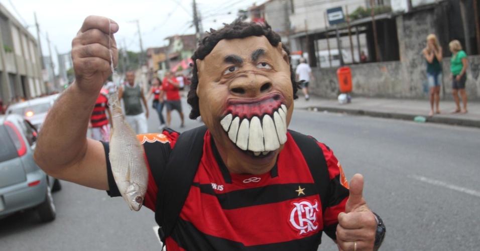 Torcedor mascarado ironiza o Santos antes de entrar no estádio para torcer pelo Flamengo