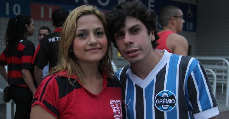 Torcedores de Flamengo e Grêmio se cumprimentam antes de confronto entre os times no Engenhão