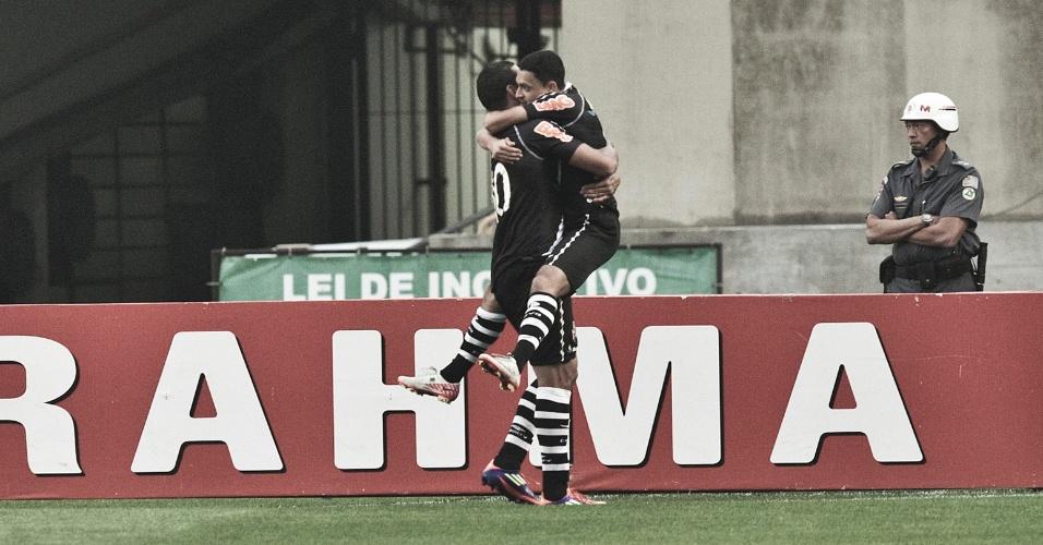 Éder Luis, autor do gol, e Diego Souza comemoram após primeiro gol do Vasco sobre o São Paulo