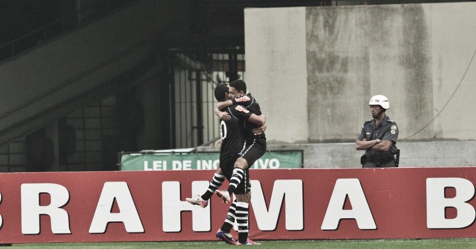 Éder Luis e Diego Souza comemoram gol do Vasco, em duelo contra o São Paulo no Morumbi