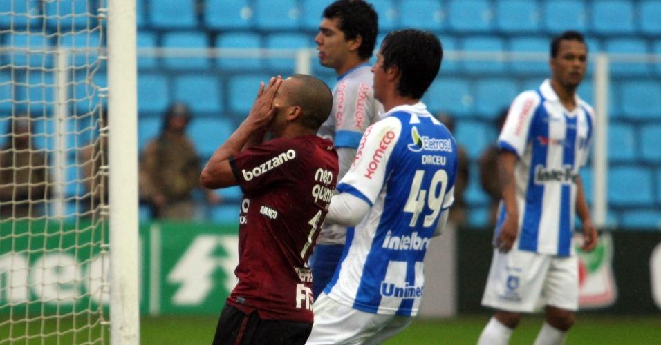 Émerson lamenta chance perdida pelo Corinthians, que não segurou o Avaí fora de casa e pagou pelos erros no ataque