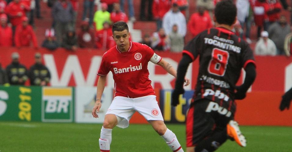 Meia do Inter D Alessandro (e) domina a bola na partida contra o Atlético-GO