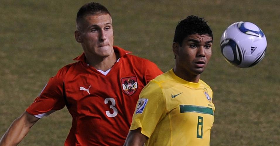Casemiro enfrenta marcação de adversário da seleção da Áustria durante vitória por 3 a 0 pelo Mundial sub-20