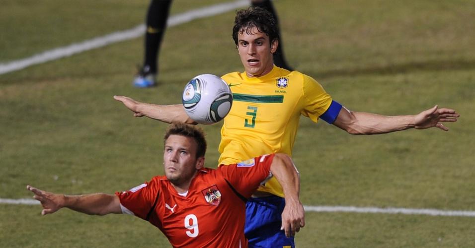 Bruno Uvini tenta roubar a bola de atacante da Áustria durante fácil vitória do Brasil no Mundial sub-20