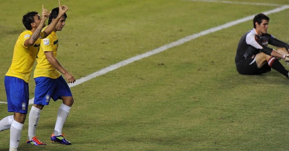 Willian José agradece aos céus pelo gol, enquanto o goleiro da Áustria lamenta mais um gol sofrido na partida