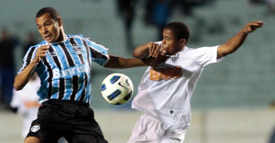 Gilberto Silva, volante do Grêmio, tenta roubar bola durante empate com o Atlético-MG