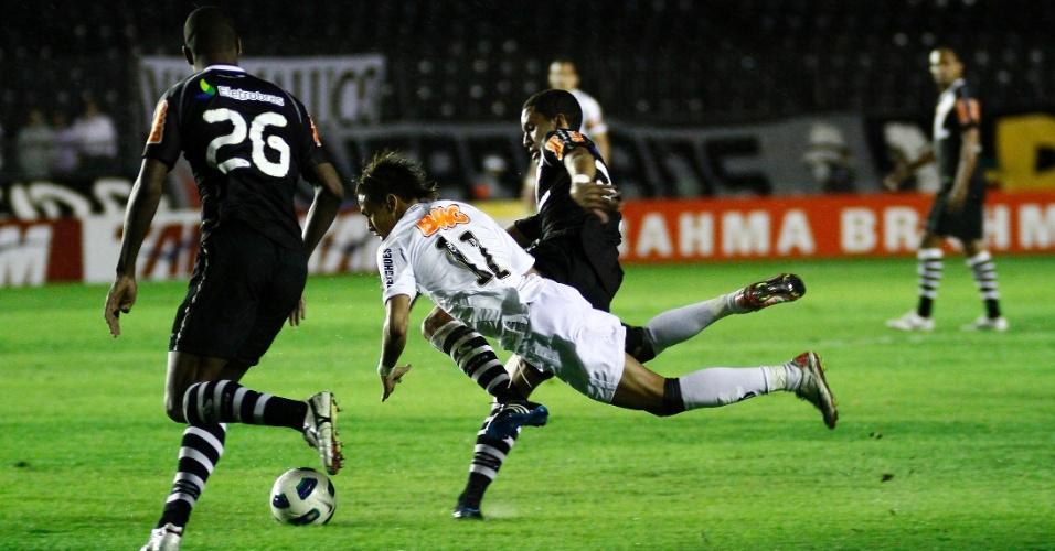 Neymar vai parar no chão em disputa de bola com os defensores do Vasco, em partida do Campeonato Brasileiro (03/08/2011)