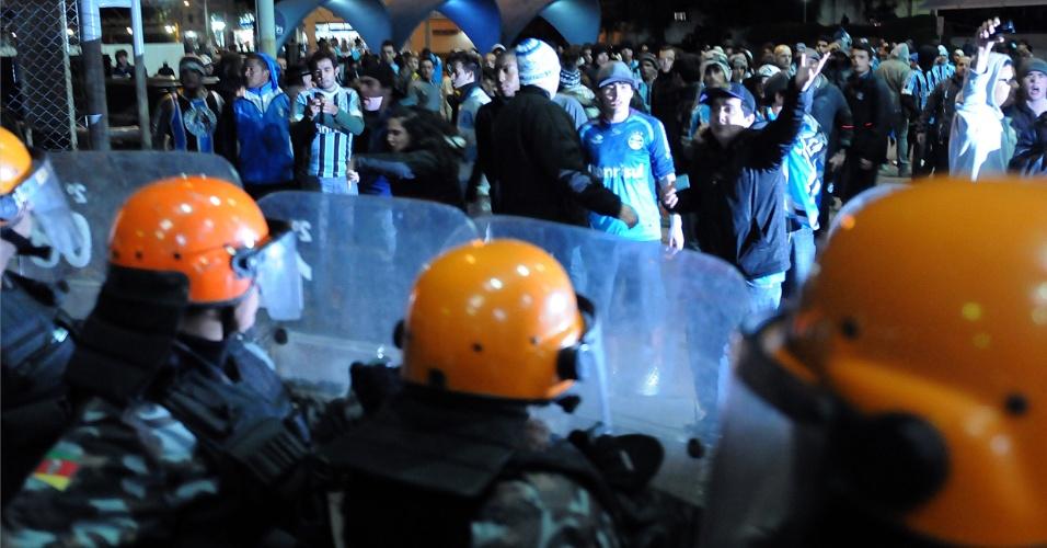 Polícia Militar se posiciona para conter torcedores do Grêmio, que fizeram protesto e queriam invadir vestiário do time após empate em casa