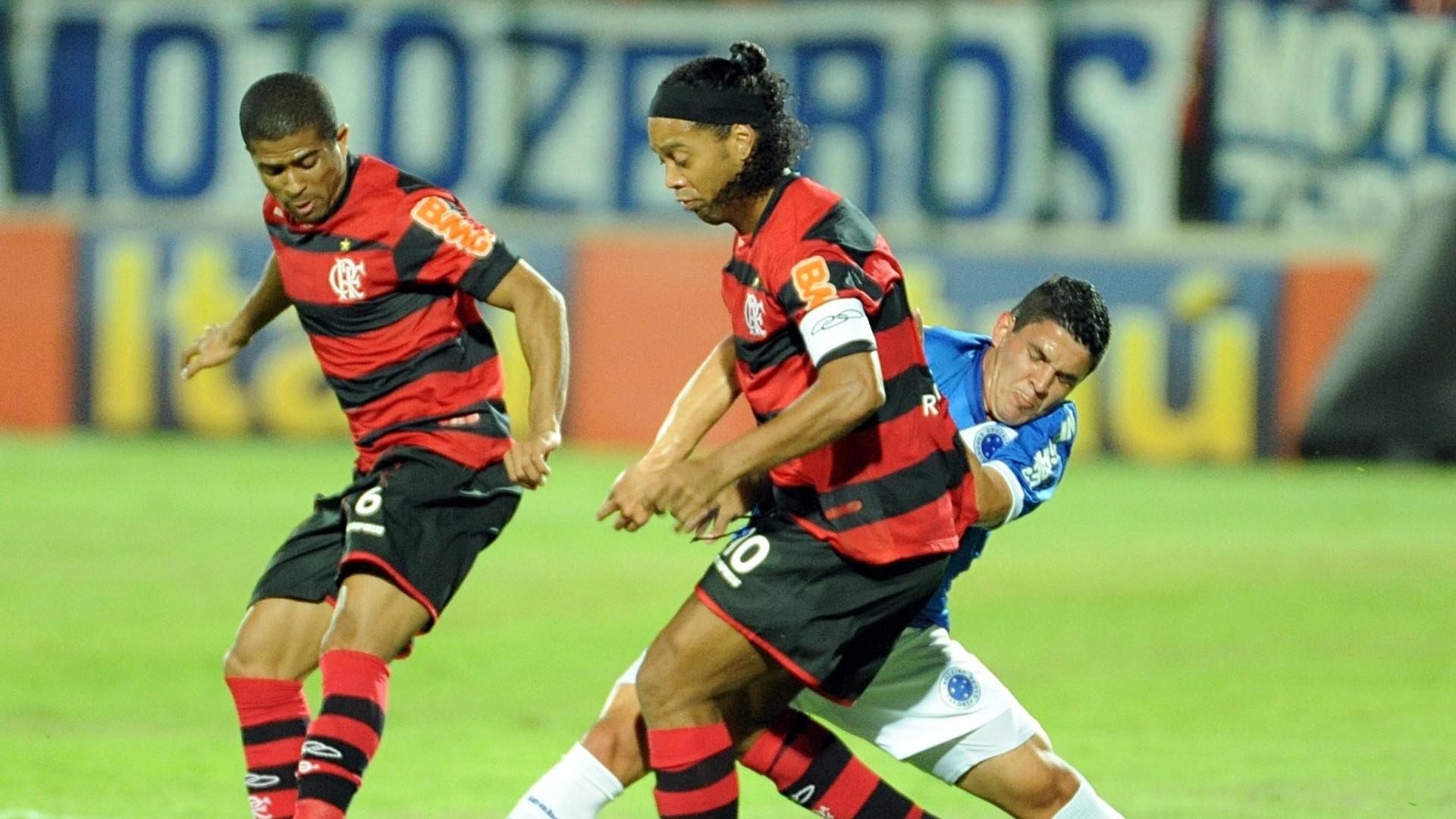 Ronaldinho e Junior Cesar disputam a bola com Diego Renan durante jogo entre Cruzeiro e Flamengo