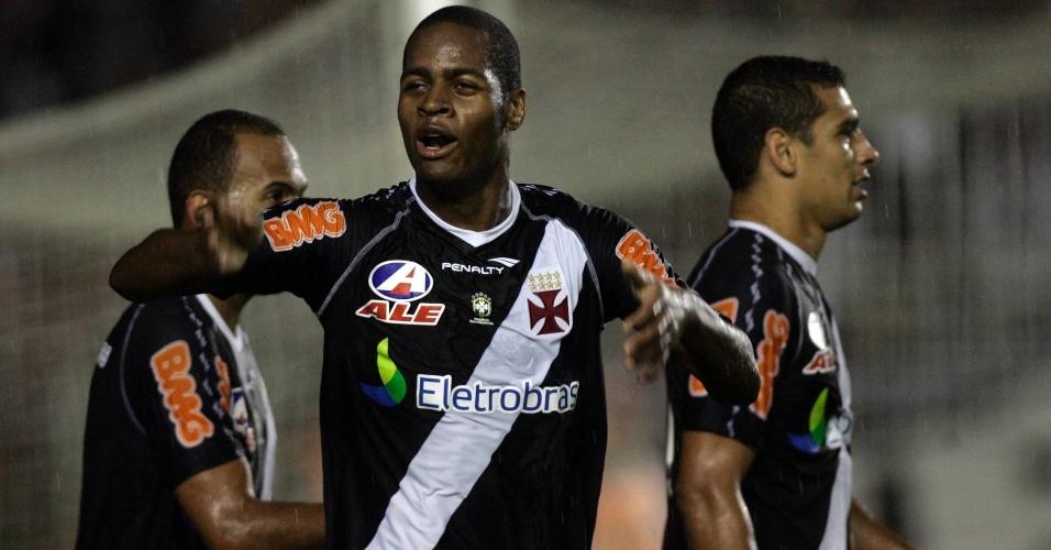 Vascaíno Dedé comemora o segundo gol do Vasco contra o Santos em São Januário, pelo Brasileirão