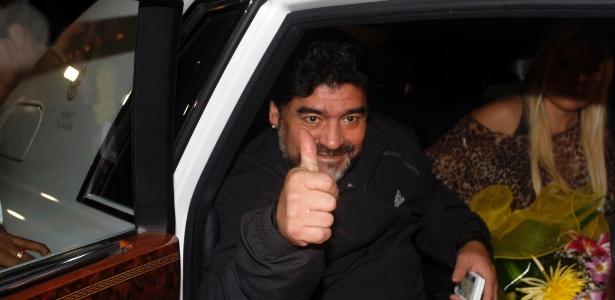 Acompanhado da namorada Veronica Ojeda, Maradona desembarca em Dubai para assumir o Al Wasl