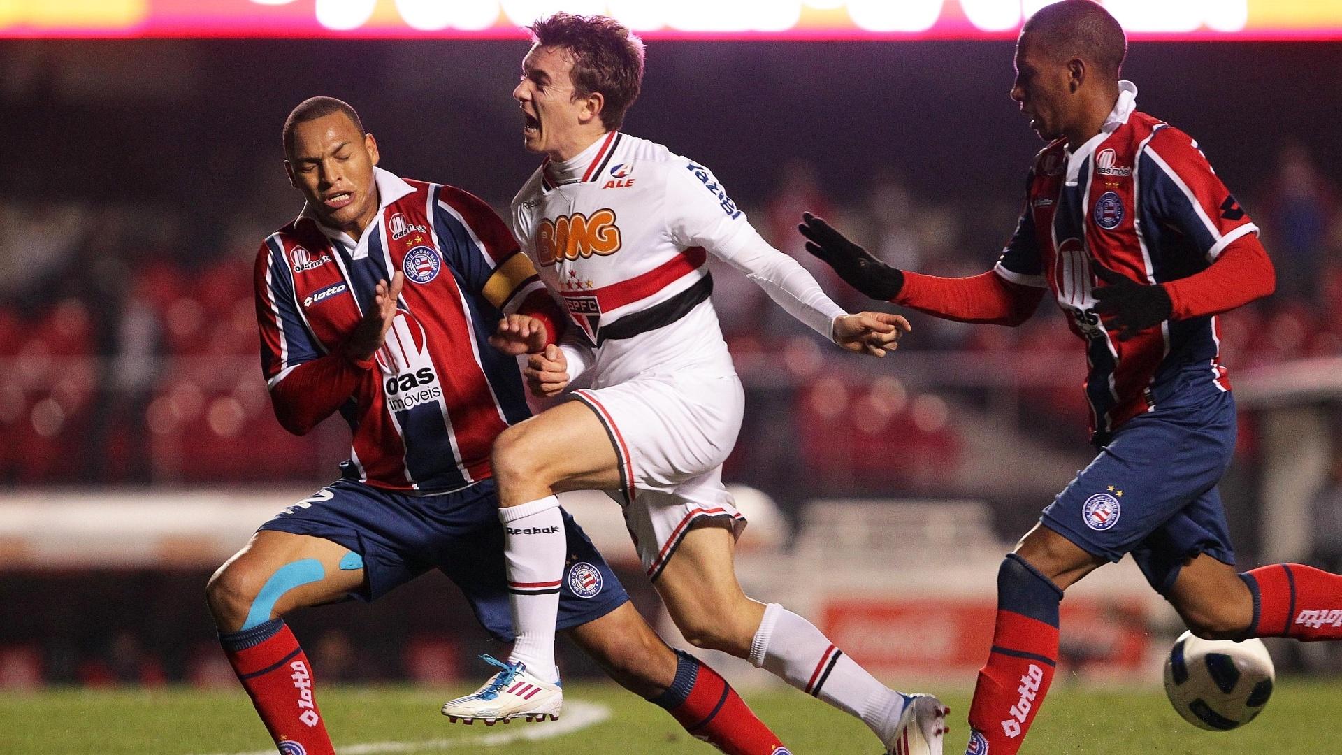 Dagoberto sofre para passar pela marcação dura do Bahia