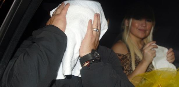 Fazendo graça para a imprensa, Maradona esconde o rosto logo após chegar nos Emirados Árabes. Pibe treinará o Al Wasl
