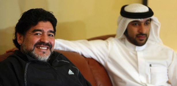 Maradona foi recepcionado pelos xeques árabes após desembarcar nos Emirados Árabes, onde comandará o Al Wasl