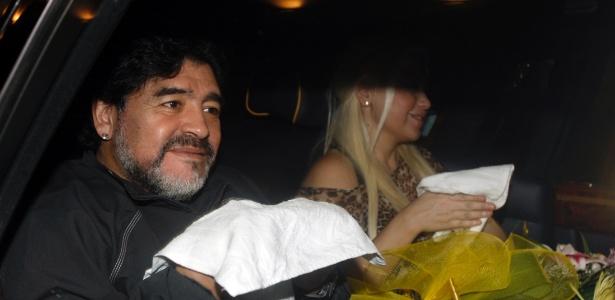 Maradona levou a namorada Veronica Ojeda para os Emirados Árabes, onde irá trabalhar como técnico do Al Wasl