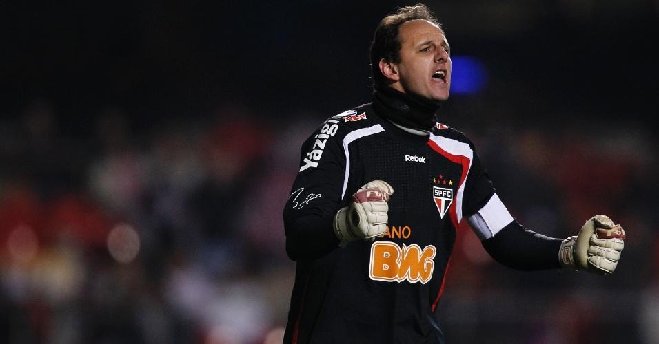 Rogério Ceni vibra com gol do São Paulo na partida contra o Bahia