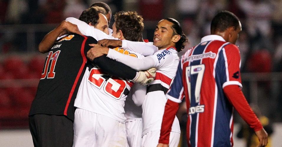 Rogério Ceni comemora com companheiros após marcar de pênalti para o São Paulo, fazendo 1 a 0 contra o Bahia