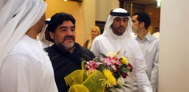 Xeques deram flores e paparicaram o craque argentino em sua chegada aos Emirados Árabes. Al Wasl contratou Maradona para comandar equipe
