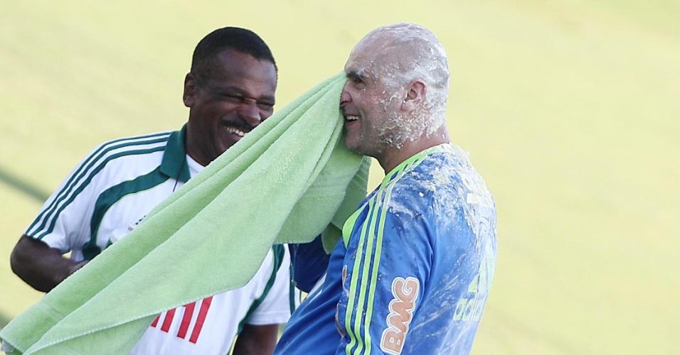 Marcos se limpa após levar ovada em treino do Palmeiras (05/08/2011)