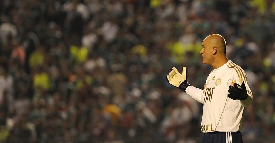Marcos reclama durante o jogo com o Palmeiras; o goleiro ganhou um uniforme branco comemorativo