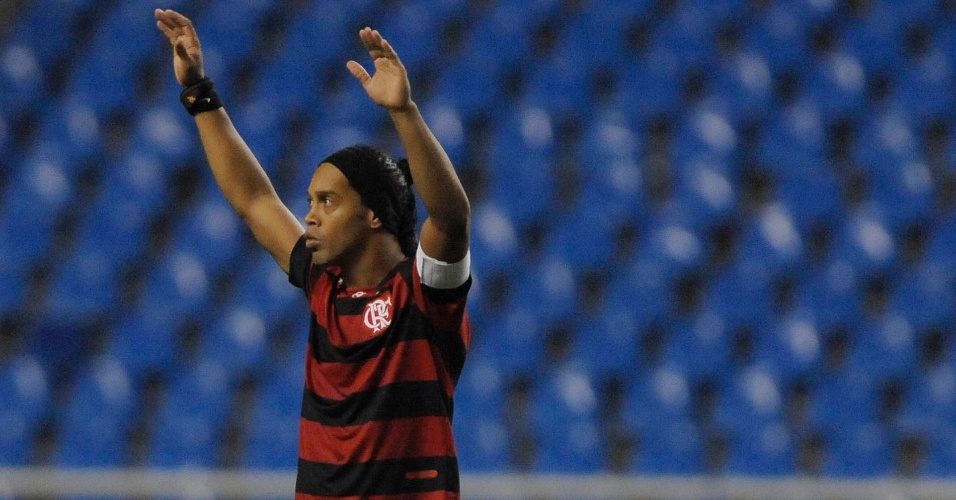 Ronaldinho agradece os aplausos da torcida em sua entrada em campo para o jogo entre Flamengo e Coritiba
