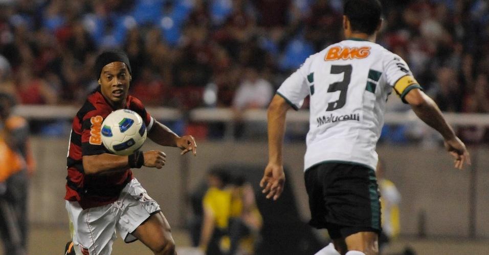 Ronaldinho Gaúcho, do Flamengo, tenta jogada individual contra o zagueiro do Coritiba; partida terminou 1 a 0 para os rubro-negros, com gol de Jael