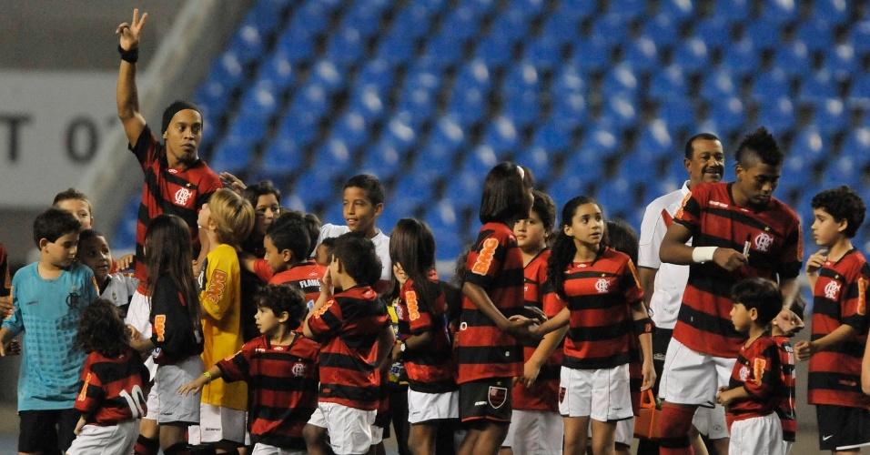 Ronaldinho Gaúcho entra no gramado do Engenhão, para o jogo entre Flamengo e Coritiba, com a companhia de muitas crianças