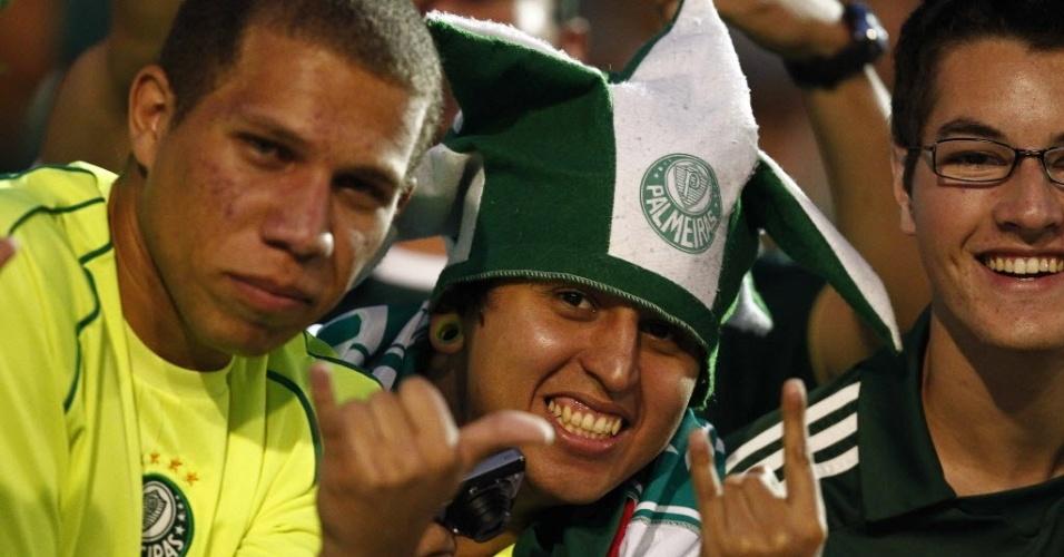 Torcedores do Palmeiras acenam para os fotógrafos antes do jogo contra o Grêmio, no Canindé