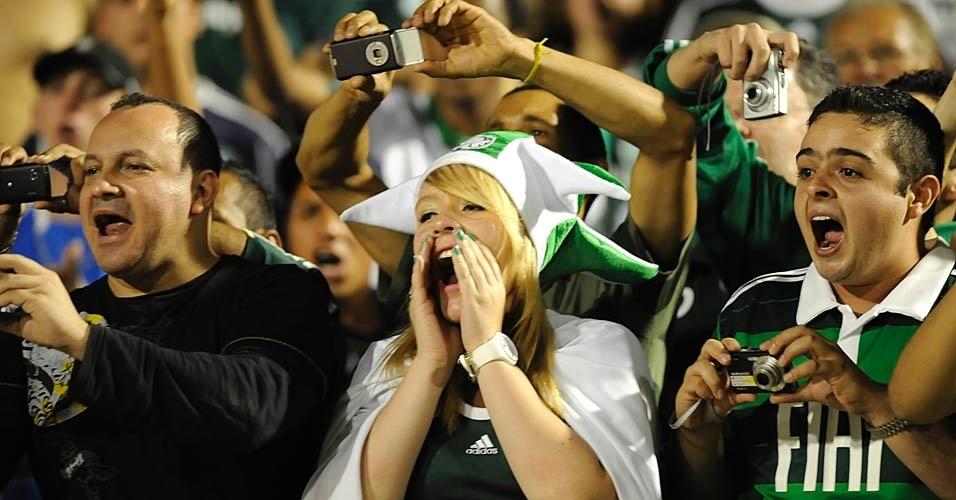 Torcedores do Palmeiras gritam para chamar a atenção dos jogadores no início do jogo com o Grêmio
