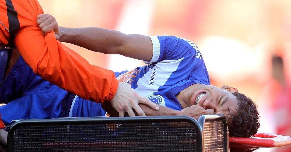 Atacante Wallyson, do Cruzeiro, deixa o gramado do Beira-Rio lesionado durante o jogo contra o Inter