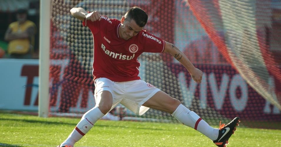 D'Alessandro vibra muito ao marcar, de pênalti, o primeiro gol do Internacional contra o Cruzeiro
