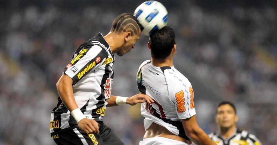 Diego Souza disputa a bola de cabeça com Antônio Carlos, do Botafogo