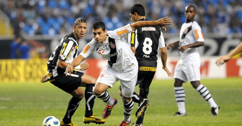 Diegou Souza leva a bola para o ataque vascaíno, observado por Antônio Carlos
