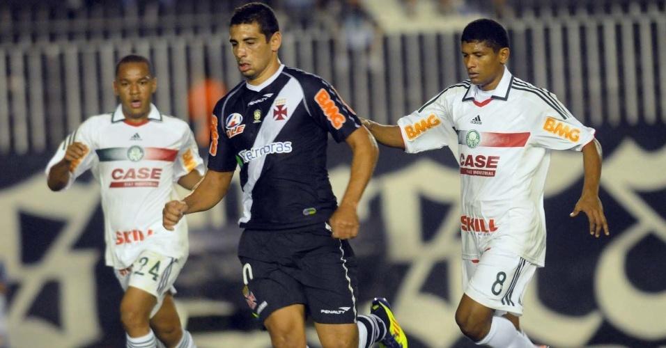 Diego Souza, autor do gol que abriu o placar em São Januário, tenta jogada na partida contra o Palmeiras, na estreia de ambas as equipes pela Copa Sul-Americana