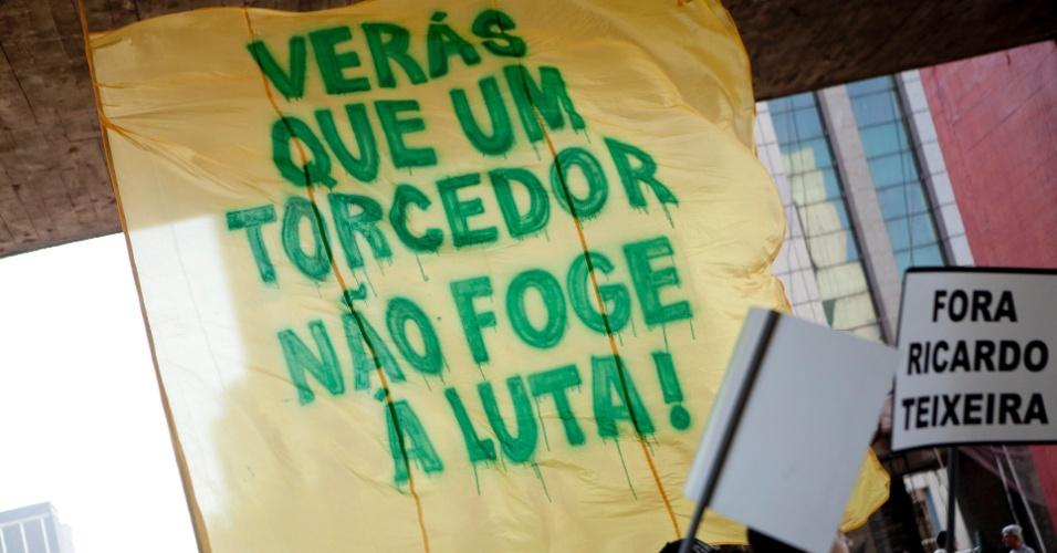 Evento contra Ricardo Teixeira teve início no vão livre do Masp e seguiu até o estádio do Pacaembu (13/08/2011)