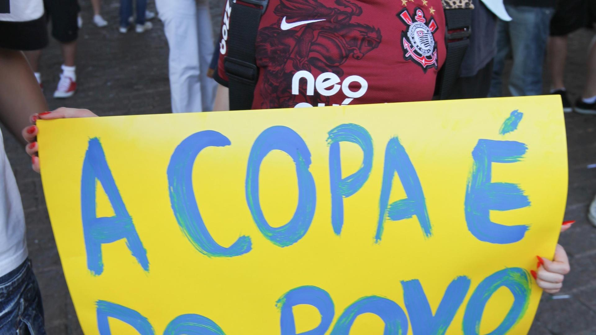 Garota reivindica a Copa do Mundo para o povo durante protesto contra a CBF (13/08/2011)