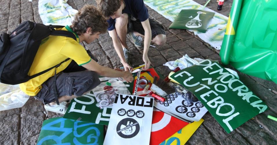 Jovens preparam as placas para usar no movimento contra o presidente da CBF em São Paulo (13/08/2011)
