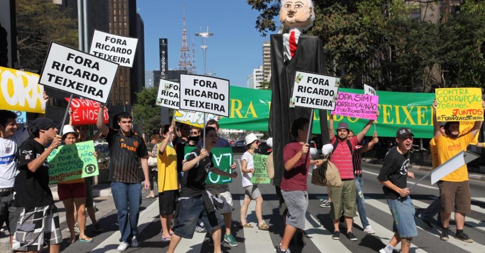 Jovens tomam um dos lados da Paulista na manifestação contra Ricardo Teixeira (13/08/2011)