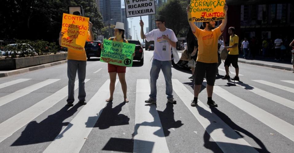 Manifestantes ocupam rua da Avenida Paulista protestando contra o presidente da CBF, Ricardo Teixeira (13/08/2011)