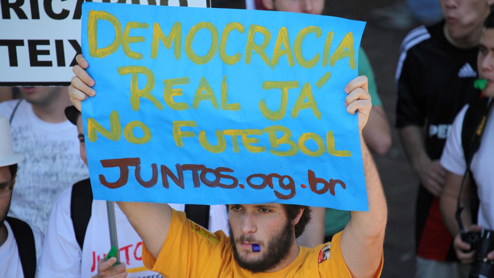 Manifestantes pedem democracia no futebol durante protesto em São Paulo (13/08/2011)