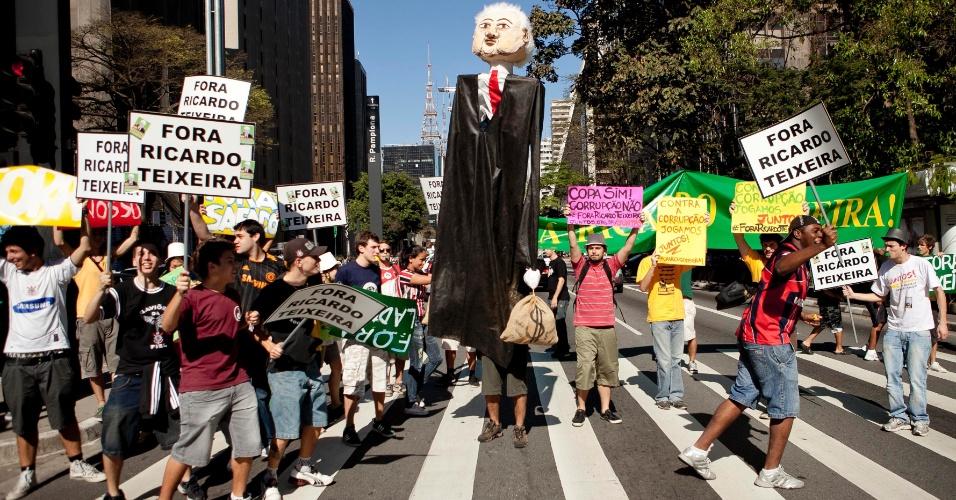 Manifestantes protestam na Avenida Paulista pedindo a saída de Ricardo Teixeira da CBF (13/08/2011)