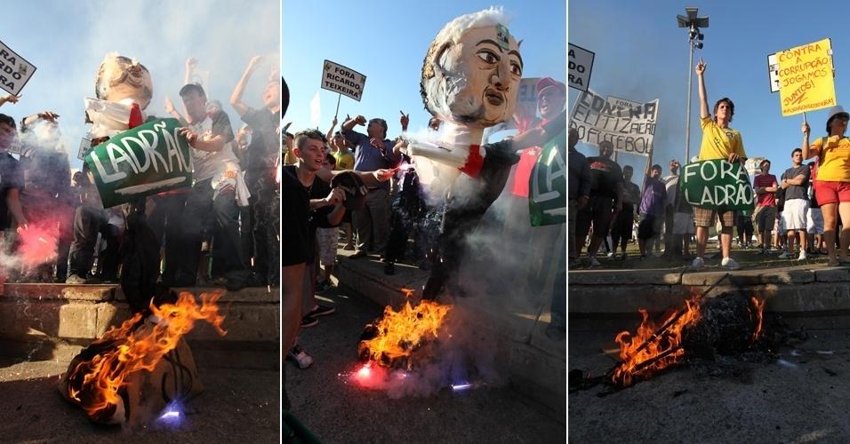 Manifestantes queimam boneco de Ricardo Teixeira em protesto realizado em São Paulo