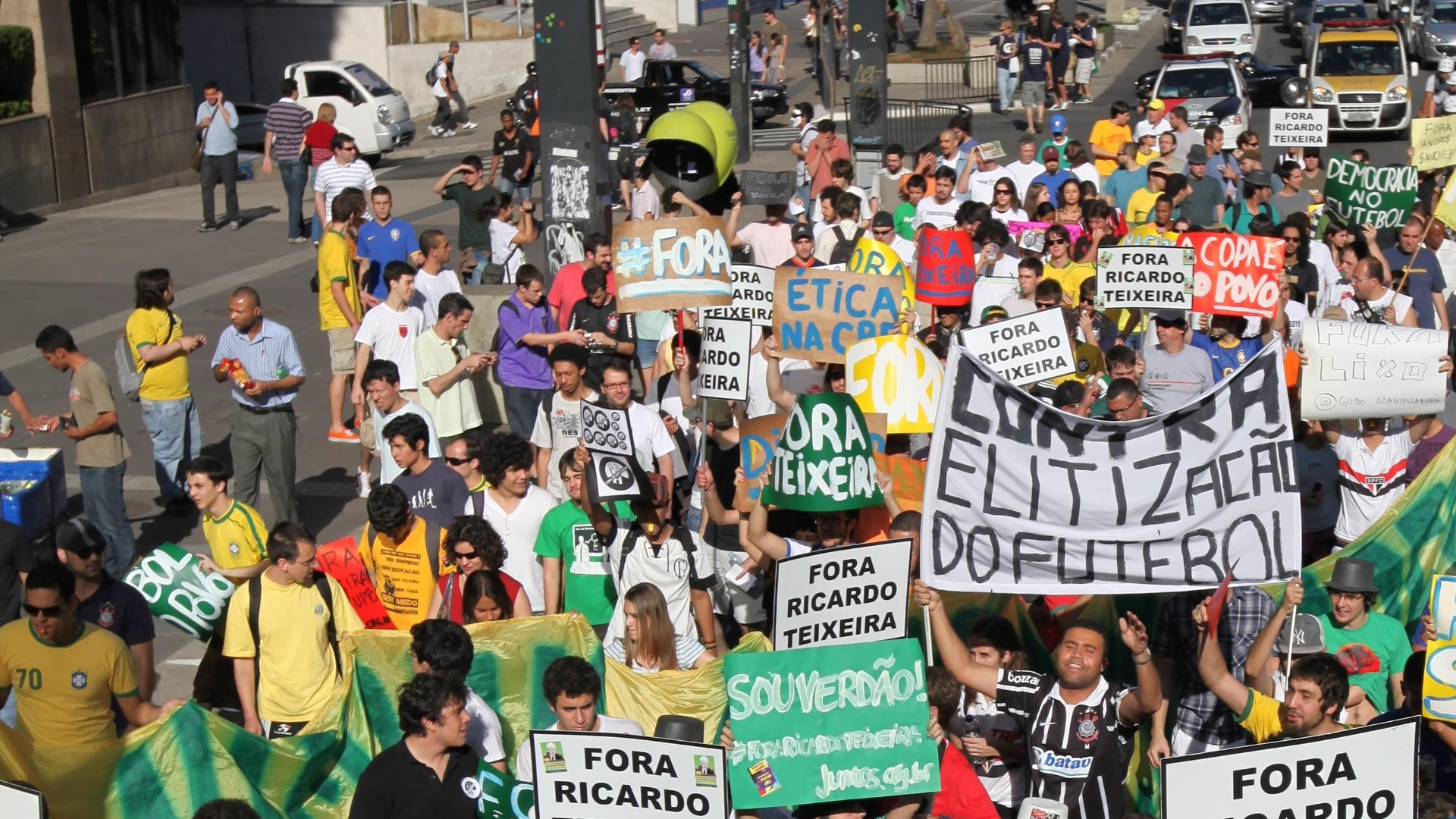 Manifestantes tomam um trecho da Avenida Paulista na marcha contra Ricardo Teixeira em São Paulo (13/08/2011)
