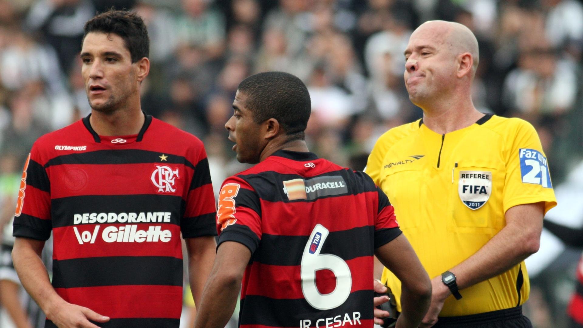Flamenguistas Thiago Neves (e) e Junior Cesar viram o Figueirense empatar o jogo após sair perdendo por 2 a 0