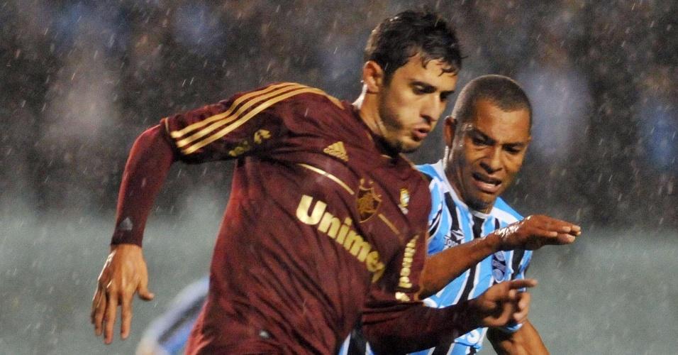 Marquinho (e), do Fluminense, encara a marcação do gremista Gilberto Silva em Porto Alegre